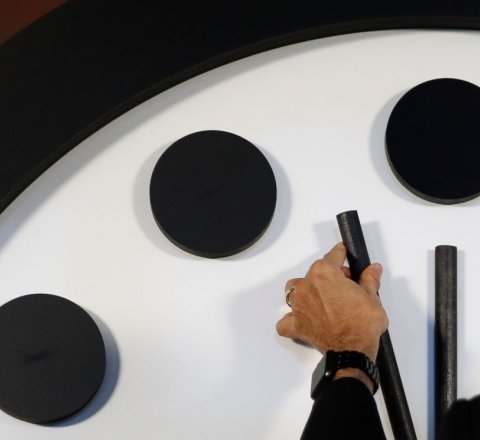 Breaking-News article about doomsday clock close to midnight